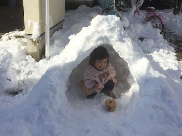 雪遊びとチョコレートドリンク